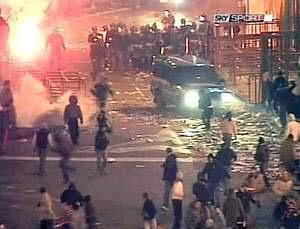 20070202 - CATANIA - CALCIO: SCONTRI DOPO CATANIA-PALERMO, MORTO POLIZIOTTO - Nel fermo immagine tratto da sky sport un momento degli scontri tra tifosi e forze dell'ordine dopo Catania - Ascoli. ANSA /SKY SPORT / JI